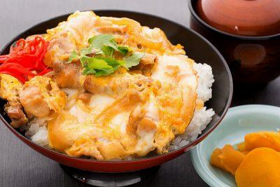 親子丼(漬物・お椀付き)870円